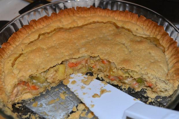Закрытый куриный пирог с овощами и сливочным соусом