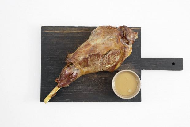 Запеченная баранья нога с кофе и овощами