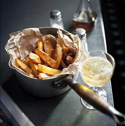 Картофель с соусом дзадзики и морской солью