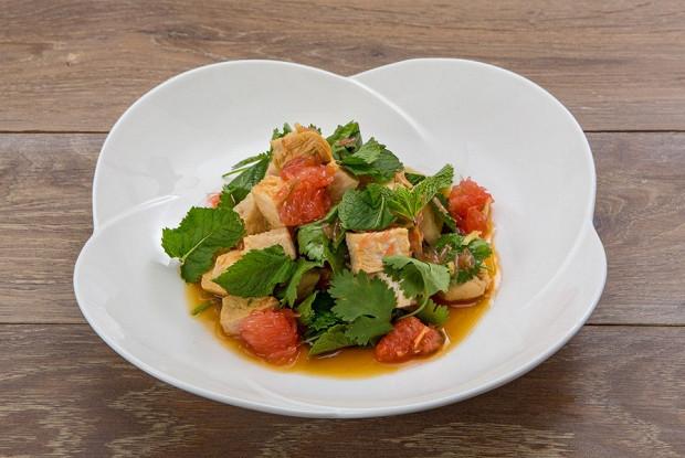 Тайский салат с курицей и грейпфрутом