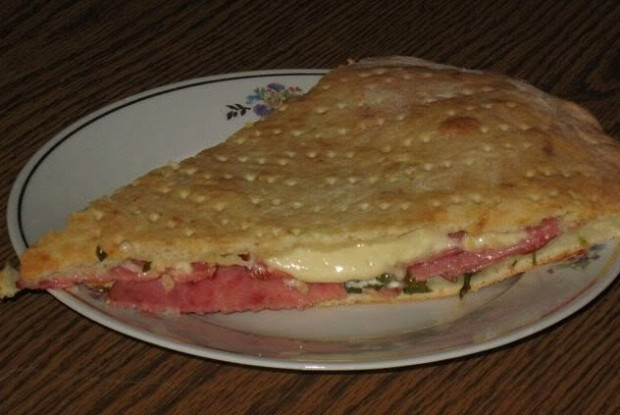 Пирог с творогом, сыром и салями «Кальцоне»