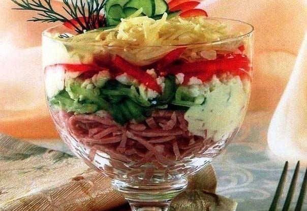 Слоеный салат-коктейль с ветчиной и болгарским перцем