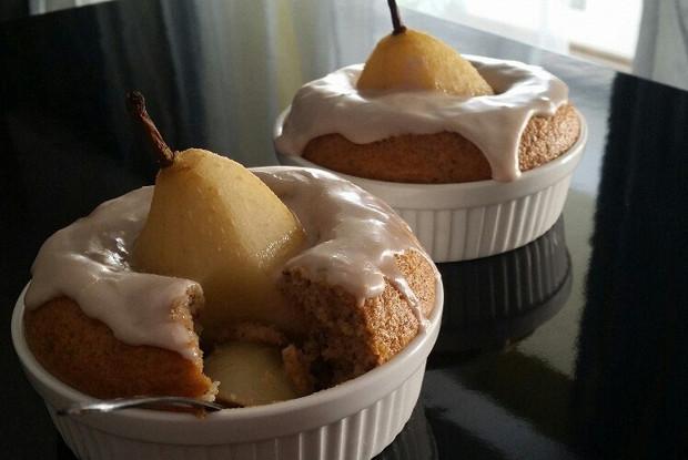 Грушевый десерт с орехами в карамельным соусе