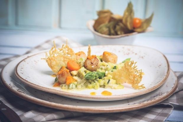 Морской гребешок с овощным ризотто и пармезаном