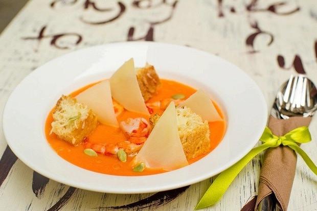 Тыквенный суп с тигровыми креветками, пармезаном и тыквенными семечками