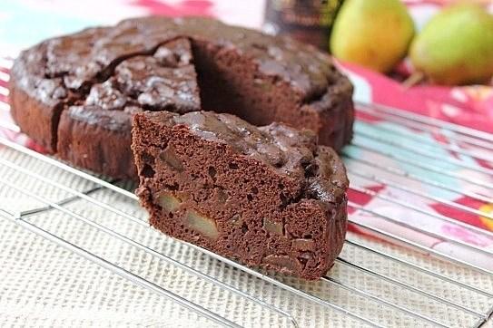 Шоколадный кекс на гречневой муке с кусочками груши