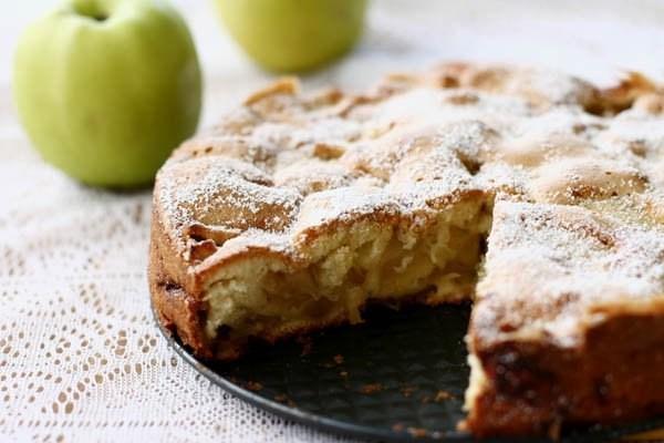 Диетическая яблочная шарлотка с медом на ржаной муке