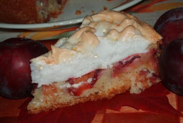 Сливовый пирог с меренгами