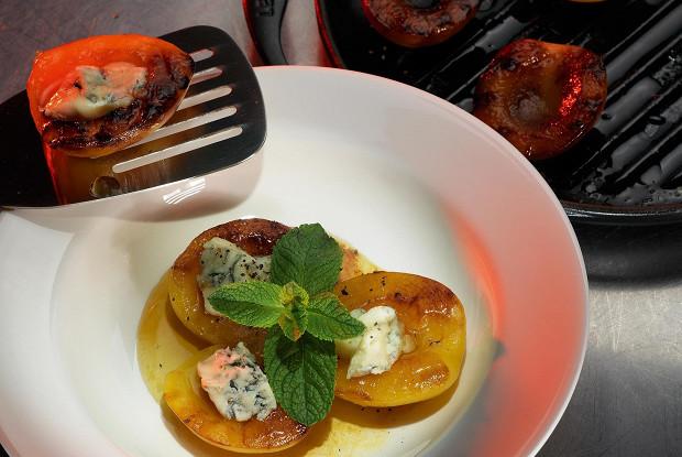 Персики на гриле с горгонзолой и медом