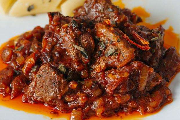 Говядина в томатном соусе с карри
