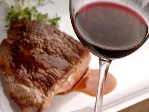 Свинина тушеная в красном вине и молоке по-итальянски