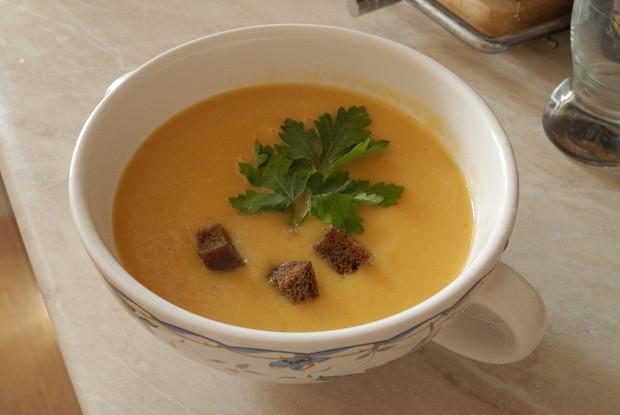 Лёгкий овощной суп-пюре с цукини и ржаными гренками