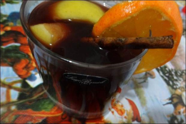 Яблочный сидр с красным вином  и корицей