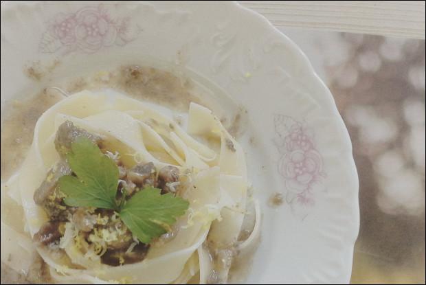 Говядина с грецкими орехами и грибами