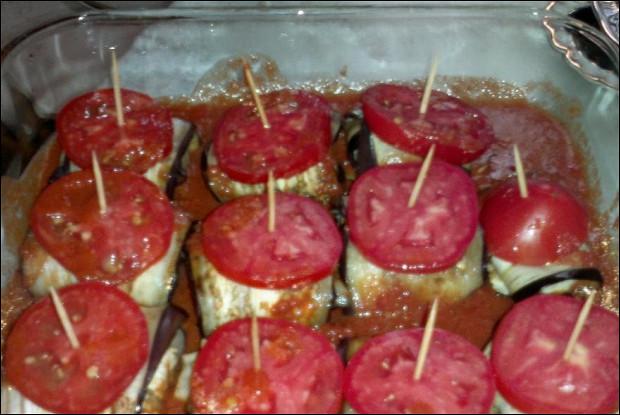 Печеные рулетики из баклажанов с мясом и орехами
