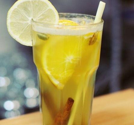 Согревающий пунш с имбирем и лимонным сорго