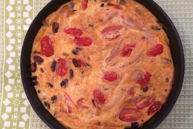 Фриттата с шалотом, помидорами черри и красной фасолью