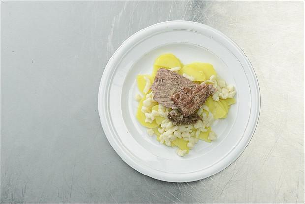 Шпецле с тушеным мясом и картофелем