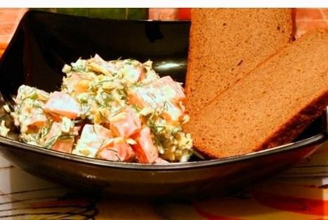 Салат из помидоров и сыра со сметаной