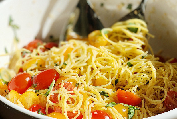 Летняя паста с базиликом и томатами черри