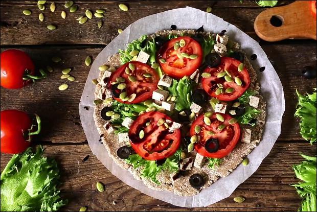 Вегетарианская пицца с коржом из пророщенной гречки и семенами подсолнечника