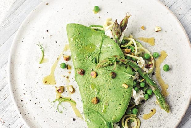 Крапивные блины с рикоттой и зелеными овощами