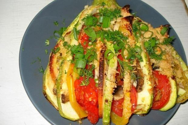 Кабачковый веер с курицей и овощами