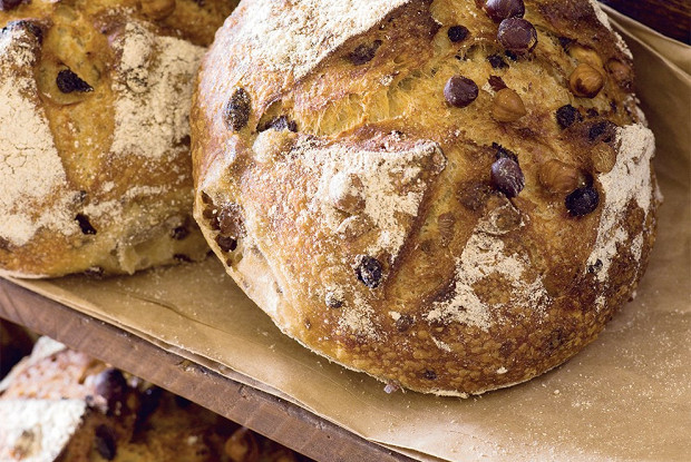 Хлеб на закваске с фундуком и изюмом