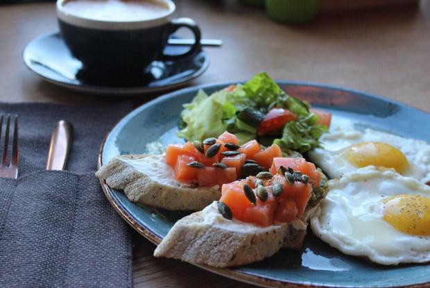 Глазунья и тосты с гуакамоле, сырным кремом и лососем слабого посола