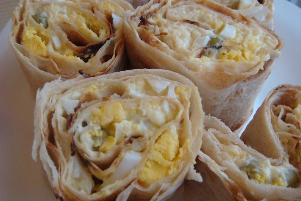 Рулетики из лаваша с сырным соусом