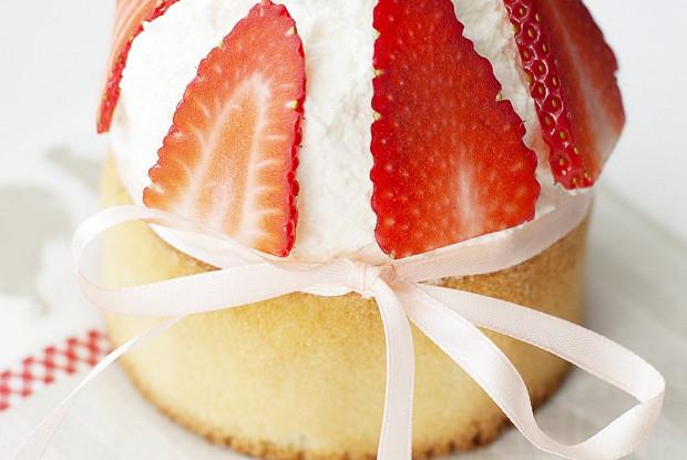 Ванильный пасхальный кулич с ягодами