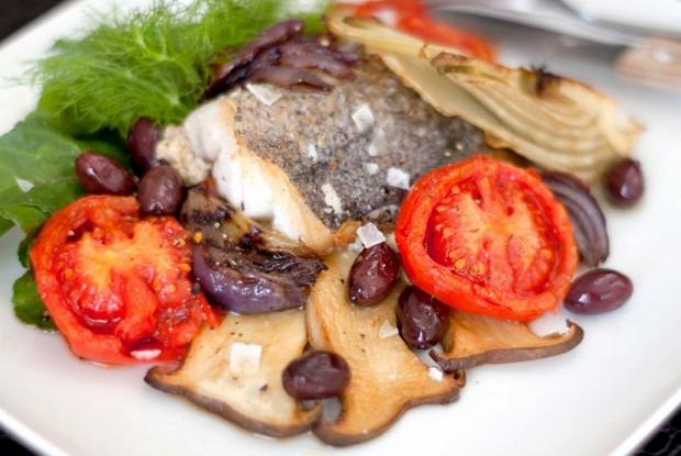 Жареный хек с белыми грибами, запеченным фенхелем, сладким луком и помидорами