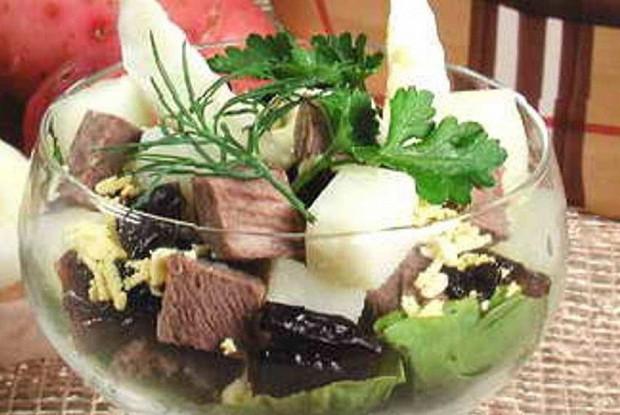 Праздничный салат с индейкой, ананасами и черносливом