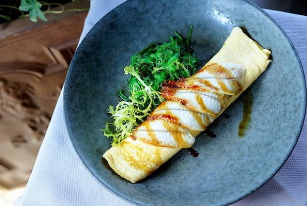 Белковый омлет с угрем и салатом чука