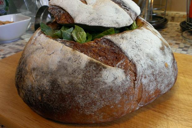 Пан-банья (Слоеный бутерброд в хлебе)
