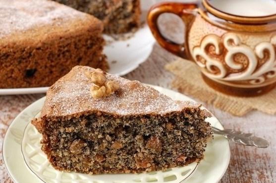 Быстрый пирог с орехами и изюмом
