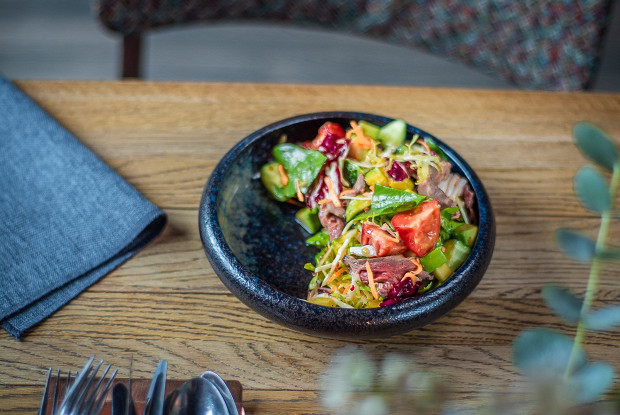 Салат с пряной говядиной и овощами