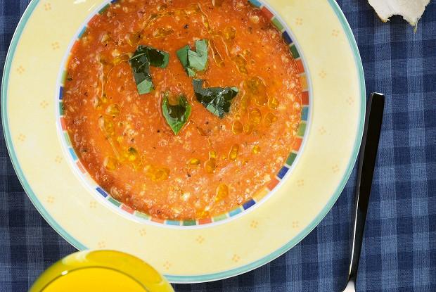 Рыбный суп с помидорами и белым вином