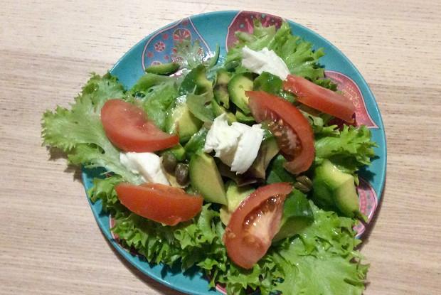 Салат с моцареллой, авокадо и каперсами