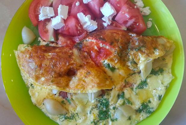 Омлет с макаронами, сыром и зеленью