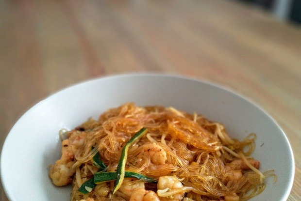 Спагетти из сои с креветками, ростками сои и цукини