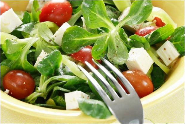 Летний салат с фетой и маслинами