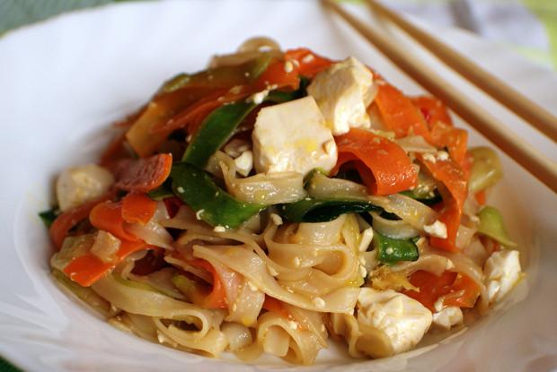 Рисовая лапша с тофу и овощами