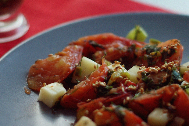 Жареная зелень с помидорами