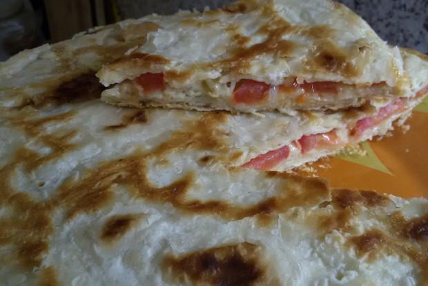 Пирог из лаваша с яйцами, помидором и колбасой