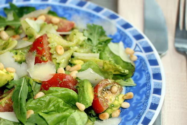 Салат с фарфалле, помидорами и соусом песто
