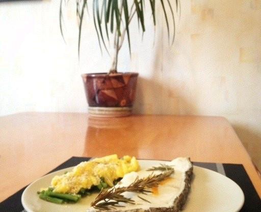 Сибас в духовке с розмарином и гарниром из фасоли и манго