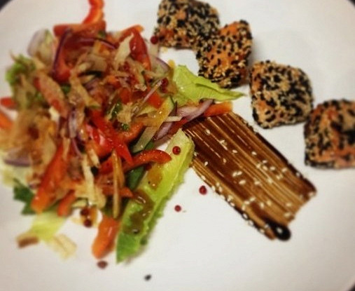 Теплый салат с лососем и соусом унаги
