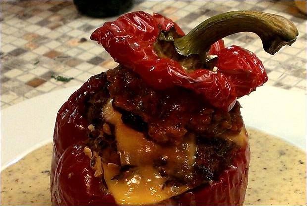 Фаршированный перец с томатным соусом