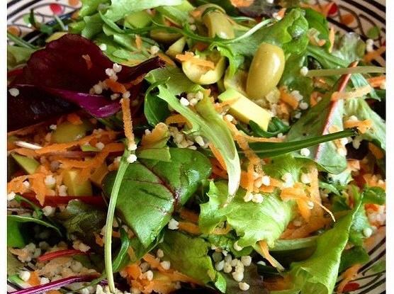 Теплый салат с руколой и оливками